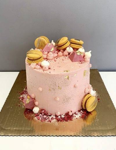tort malinowy z makaronikami