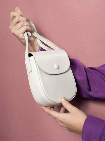 bolso saddle blanco con modelo