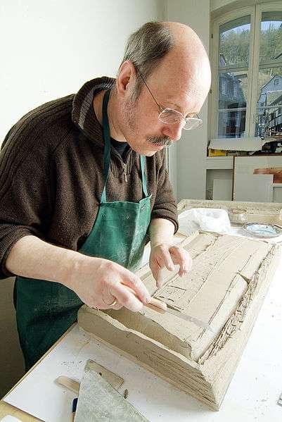 Gerhard Mevissen in seiner Kunstwerkstatt bei der Erstellung eines Kunstwerkes
