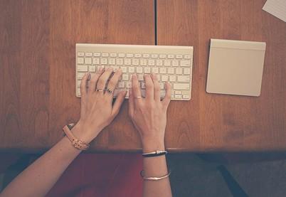 Mujer con manos en un teclado