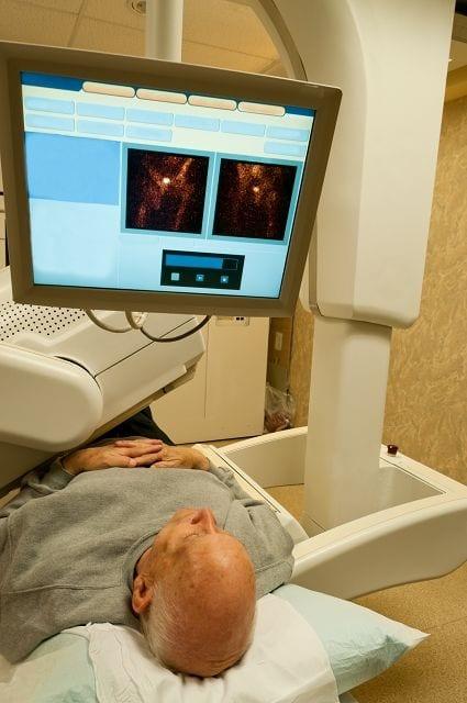 Um mittles Szintigrafie ein Szinitgramm einer bestimmten Körperstelle zu erstellen müssen radioaktiv markierte Stoffe (Radiopharmaka) in den Körper eingebracht werden. Diese reichern sich dann im gewünschte Organ oder am Skelett an und Gammastrahlen aussenden. Diese werden dann durch eine Gammakamera gemessen und sichtbar gemacht.