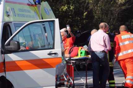 San Donà, bambino di 10 anni mette in moto l'auto e schiaccia il cuginetto di 4 anni ambulanza