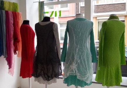 Frühlingskleider aus Baumwolle teils mit transparentem Seidenüberkleid