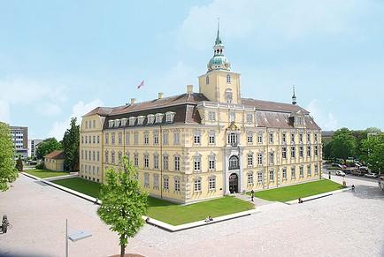 Das Oldenburger Schloss / Foto: Wikipedia / Sven Adelaide / CC-BY-SA 3.0 / Foto oben: Das gefundene Ölgemälde von 1820 / Foto: Polizei
