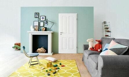 Wohnzimmer mit Holztür und Sofa