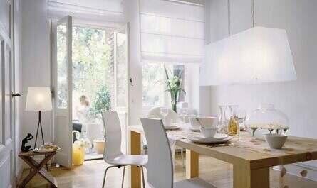 Helles Esszimmer mit weißer Wand