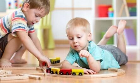Jungen spielen mit der Eisenbahn