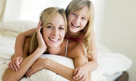 Mutter und Tochter auf dem Bett