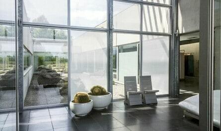 Foyer mit Glasfassade und Stoff als Sichtschutz