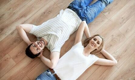 Frau und Mann liegen auf Parkett