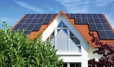 Haus mit Solaranlagen und Spitzrollläden