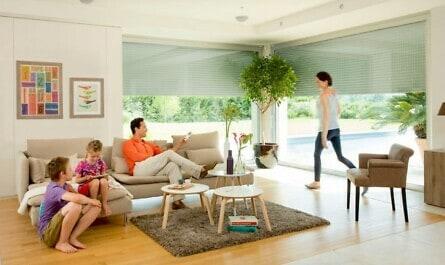 Wohnzimmer mit elektrischem Rollladensystem