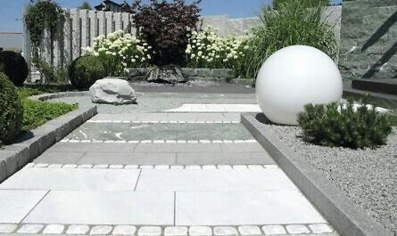 Terrasse mit Weg aus Steinen
