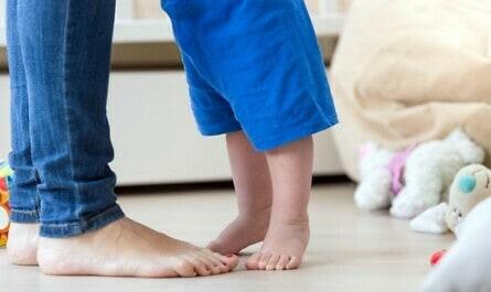 Füße auf Boden mit Fußbodenheizung