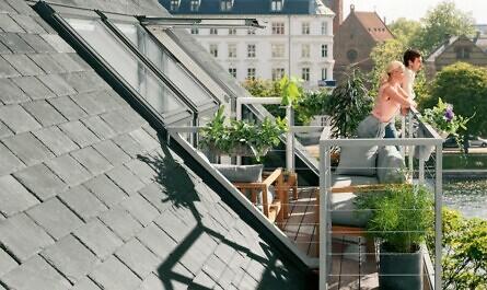 Paar auf Dachbalkon