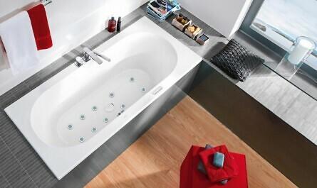 Badezimmer mit Whirlwanne aus Keramik
