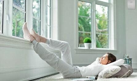 Frau entspannt auf Teppich