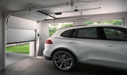 Auto in Garage mit modernem Tor