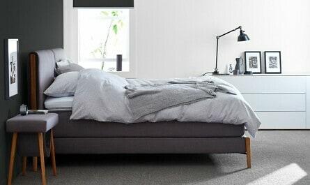 Schlafzimmer in schwarz-weiß