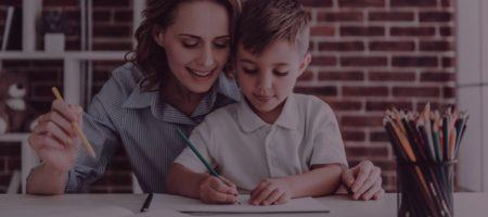 Anya segít a matektanulásban türelmesen