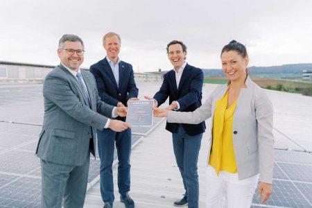 Freuen sich über die künftige CO2-Einsparung (v.li.): LR Ludwig Schleritzko, Julius Kiennast, Alexander Kiennast, Cornelia Daniel (Initiative Tausendundein Dach).