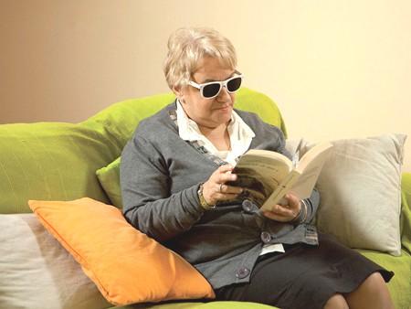 Ginnastica oculare: leggere con gli occhiali forati stenopeici