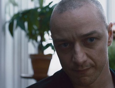 Dennis (joué par James McAvoy) face à son psychologue dans Split, un film de M. Night Shyamalan