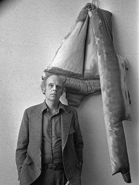 Claes Oldenburg vor einem seiner Werke im Stedelijk Museum, Amsterdam (1970)