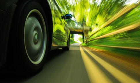 道路を走行している車