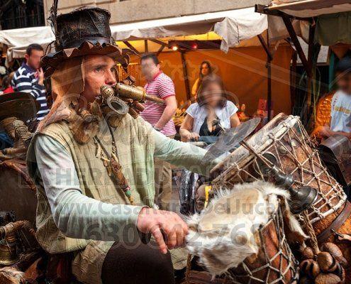 Músico con instrumentos medievales