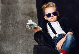 Kleiner Junge mit Geld in der Hand