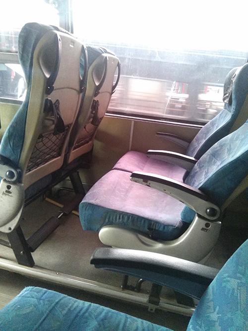 Kursi bus bandara yang nyaman