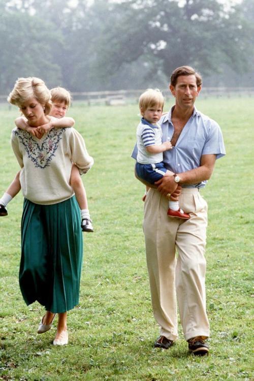 Lady Di y Carlos de Inglaterra junto a sus hijos Guillermo y Enrique