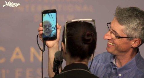 Godard parle aux journalistes via Facetime à Cannes en 2018