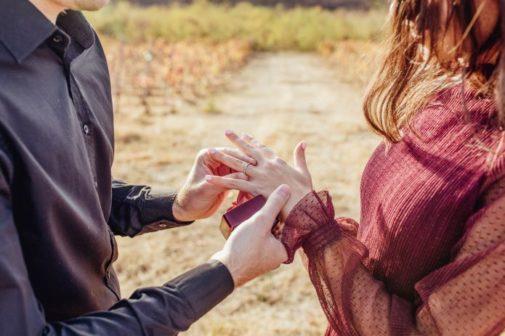 homme mettant une bague de fiançailles à une femme