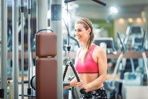 Auch bei Frauen darf das Oberkörpertraining nicht vernachlässigt werden. Die so trainierte und gestärkte Muskulatur sorgt für eine schöne und gerade Haltung.