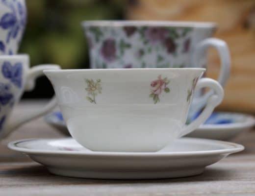 Une tasse à thé pour réaliser une mangeoire à oiseaux