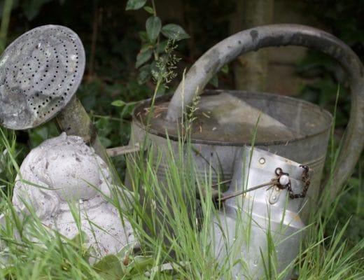 Objets en zinc au jardin