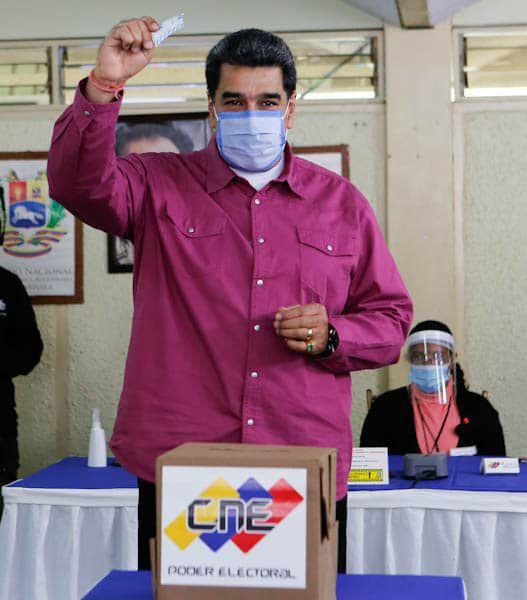 Nicolás Maduro ejerciendo el voto