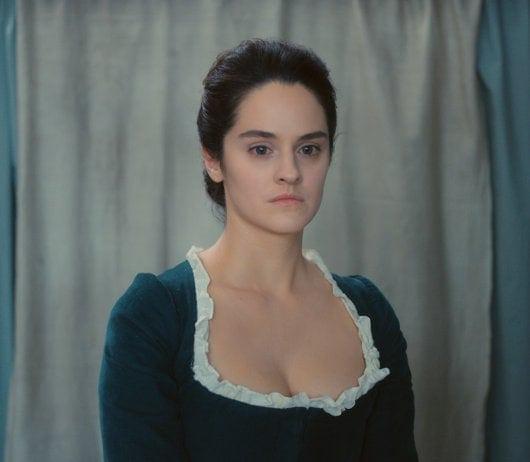 Noémie Merlant pose avec sa robe verte dans Portrait de la jeune fille en feu