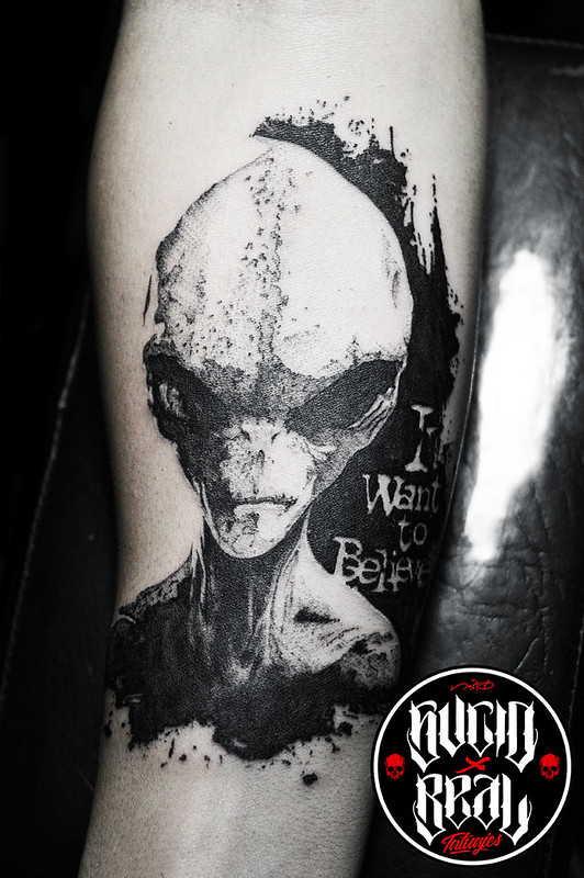 Инопланетянин тату в ч/б стиле