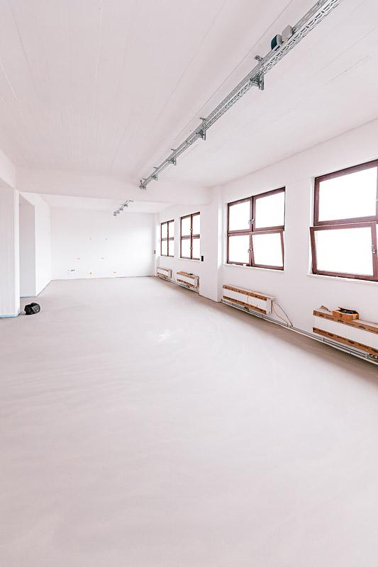 Fußboden des Mietstudio Dresden ist ausgegossen