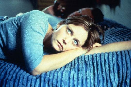 Lisa Bowman allongée sur le lit dans River of Grass