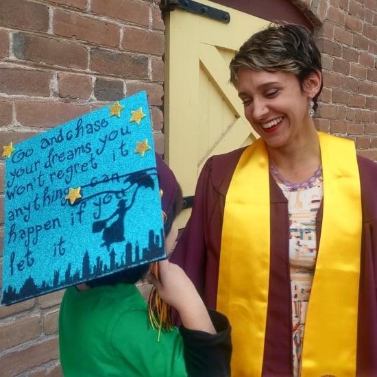 улыбающийся выпускник колледжа мать и ребенок с крышкой
