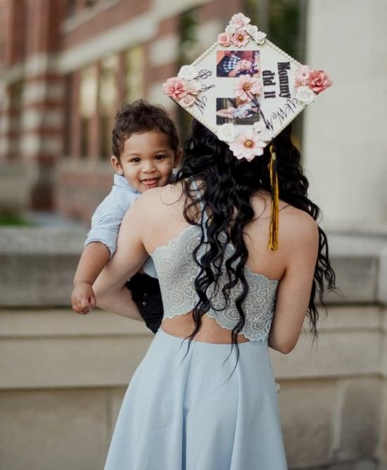выпускница колледжа мать держит сына для обложки фото