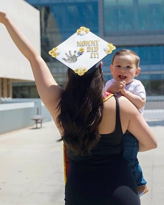 счастливая выпускница мама и малыш