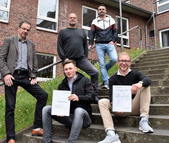 Sie freuen sich über die beiden erfolgreichen Facharbeiten für den Klimaschutz: Dietmar Post, Arthur Schulz, Ulf Hansen, Tom Metzler und Moritz Zidorn (v.l.n.r.)