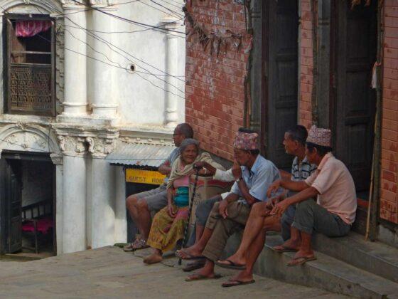 Bandipur, anziani seduti sulla soglia