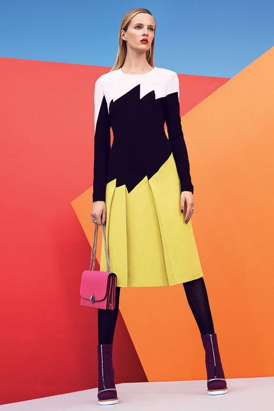 Color block - modelo usando vestido com blocos de cor