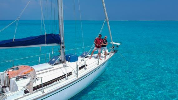 Une femme et un homme sur un bateau